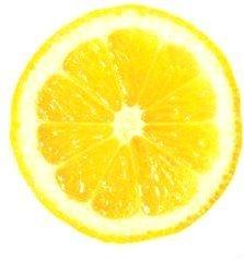 Limón contra los dientes amarillos